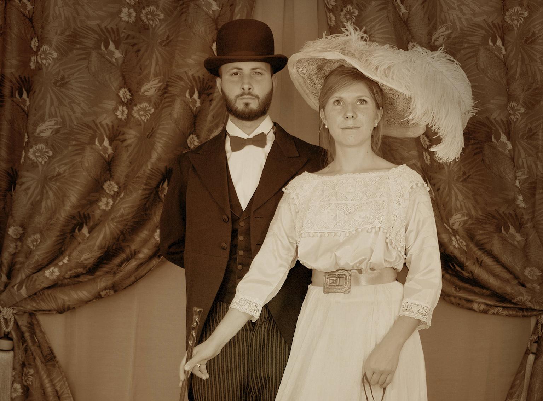 Reconstitution historique Mode-de-la-Belle-Époque-couple-paris